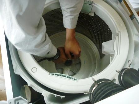 洗濯機分解作業風景の写真