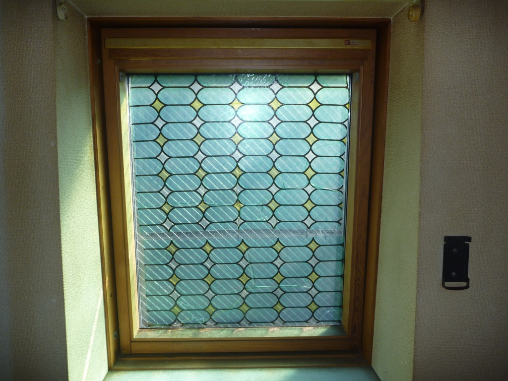 窓ガラスそうじステッカー・シールはがし前の写真