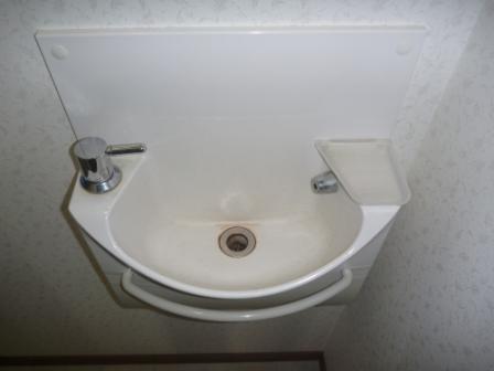 トイレ手洗い場清掃前の写真
