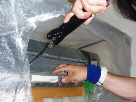 世田谷区、エコ洗剤エアコンクリーニング作業中の写真