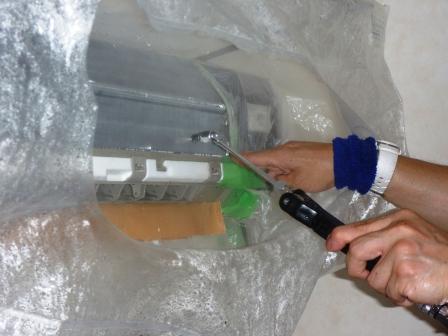 大田区、エコ洗剤エアコンクリーニング中の写真