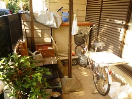 便利屋サービス お庭の片付け・物置内の不用品回収前の写真