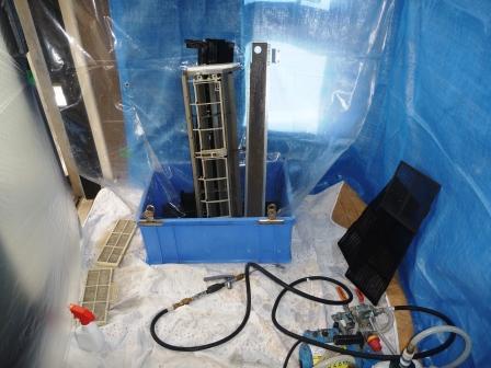 業務用エアコン、分解パーツ洗浄中の写真