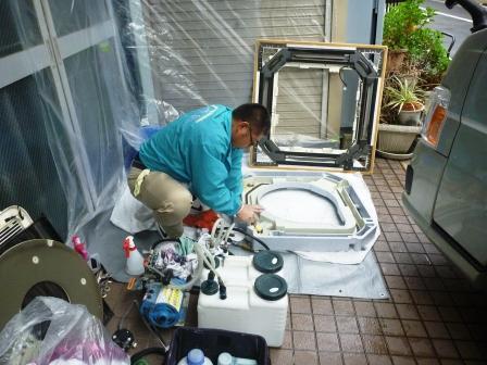 業務用天カセエアコンクリーニング分解パーツ洗浄作業中の画像