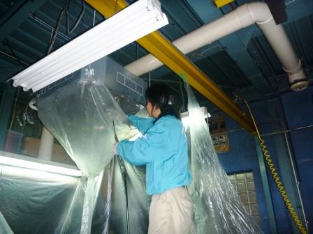 業務用天カセエアコン洗浄作業中の画像