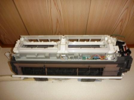 お掃除機能付きエアコン分解作業の写真