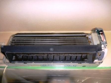 自動フィルターお掃除機能付きエアコンアルミフィン洗浄前の写真