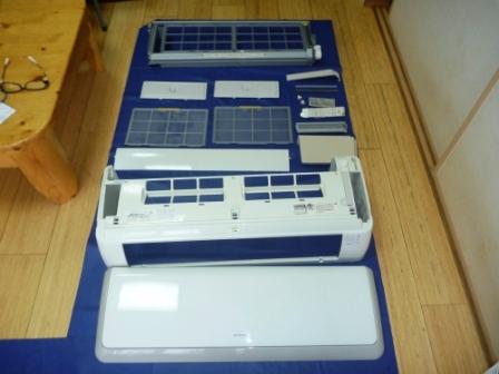 日立自動フィルターお掃除機能付きエアコン分解パーツ洗浄後の写真