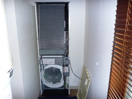 業務用床置きエアコン分解作業中の画像