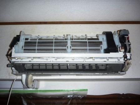 お掃除機能付きエアコン分解組立て作業中の画像