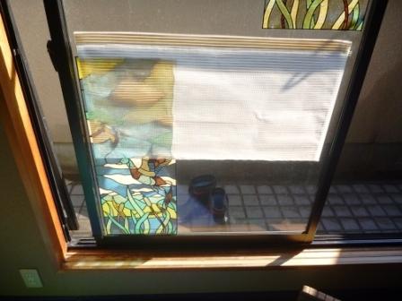 窓ガラスのステッカーはがし前の画像