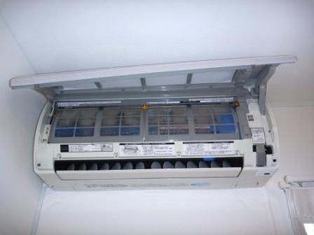 お掃除機能付きエアコン分解作業中の画像