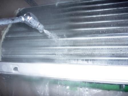 お掃除機能付きエアコン洗浄中の写真