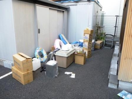 東京都大田区、物置内の整理整頓作業中の写真
