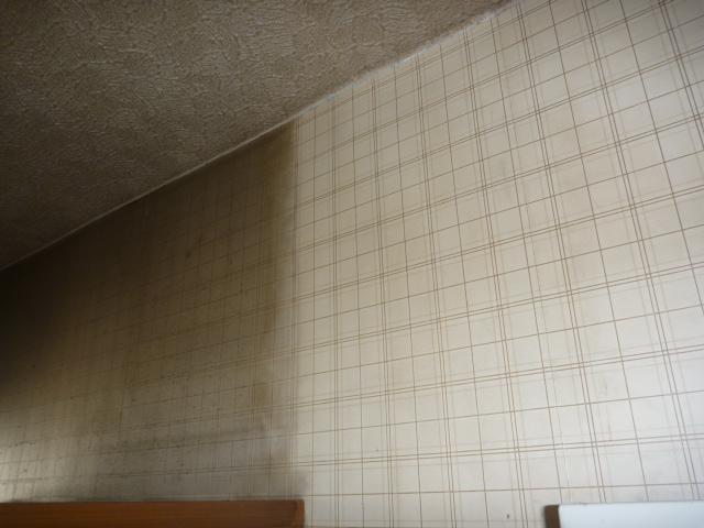 東京都大田区、壁紙・クロスクリーニング作業中