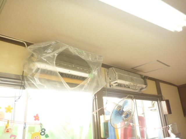 大田区、エアコンクリーニング作業中の写真