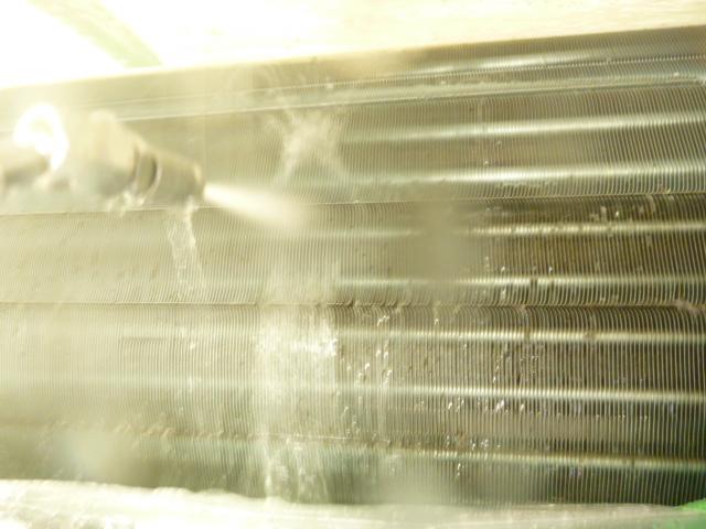 大田区、エコ洗剤お掃除機能付きエアコンクリーニング洗浄中の写真