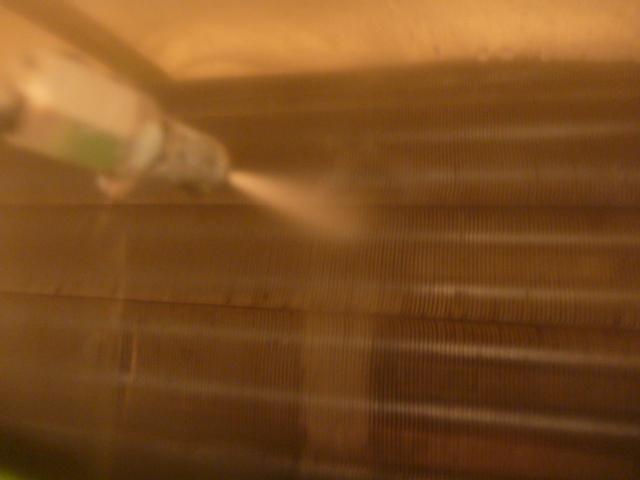 東京都大田区、お掃除機能付きエアコンクリーニング洗浄作業中の写真