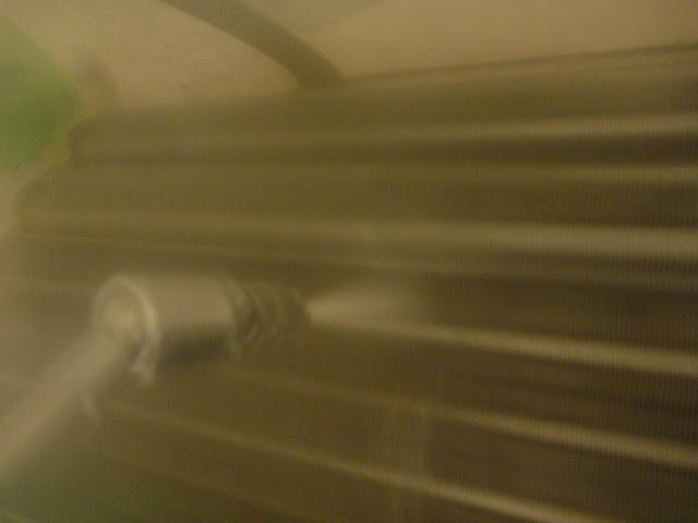 大田区、お掃除機能付きエアコンクリーニング洗浄作業中の写真