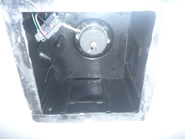 大田区、洗面所換気扇分解クリーニング作業中の写真