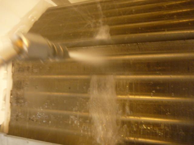 大田区、エアコンクリーニング洗浄中の写真