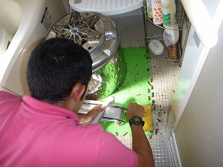 洗濯機分解クリーニング洗浄中の写真