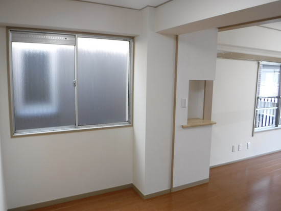 【施工後】キッチンがあった窓と排気口下の電話台