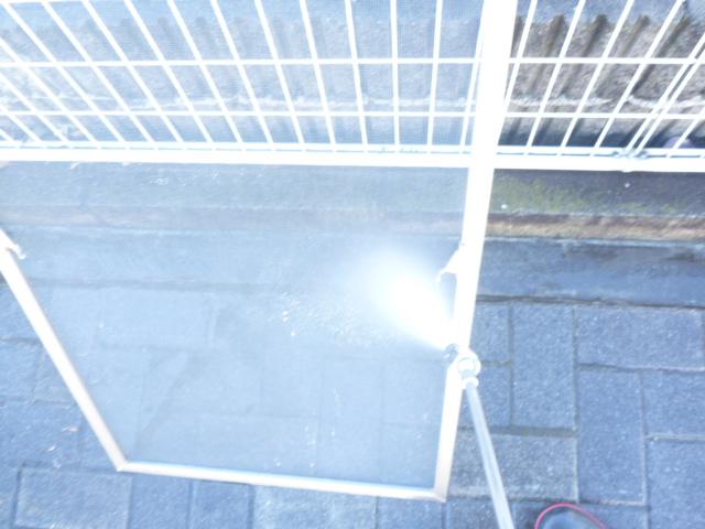 東京都大田区、窓ガラス・サッシ枠・網戸クリーニング作業中の画像