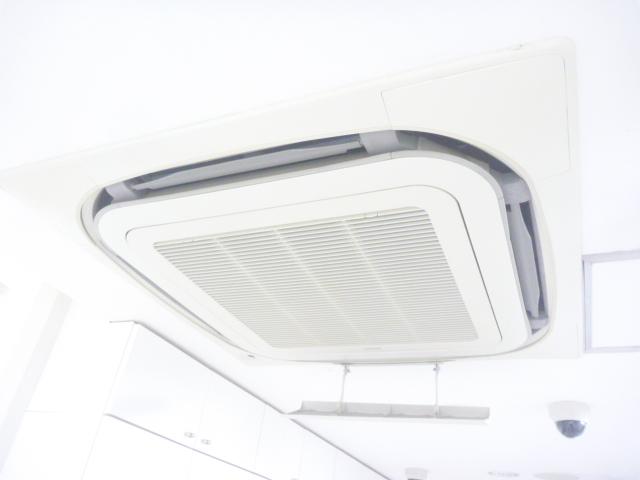 東京都大田区、天井カセット型 4方向業務用エアコンクリーニング