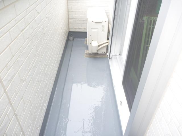 東京都大田区、ベランダ・バルコニークリーニング作業中の画像