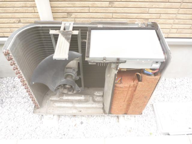 東京都大田区、エアコン室外機分解クリーニング