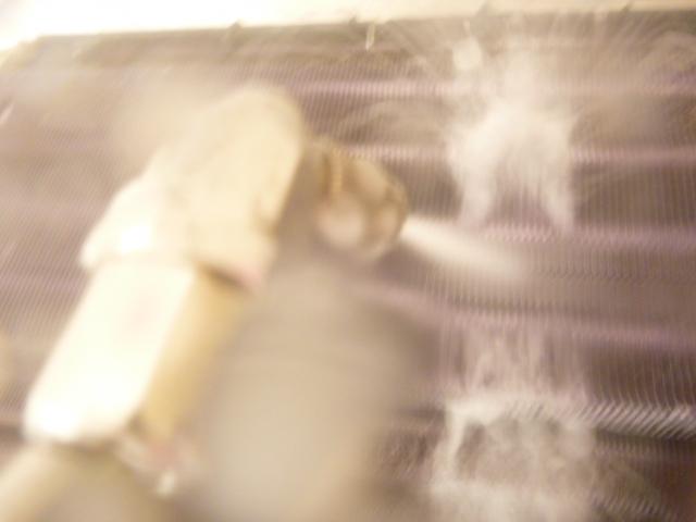 東京都大田区田園調布、富士通フィルター自動お掃除機能付きエアコンクリーニングアルミフィン洗浄洗浄中