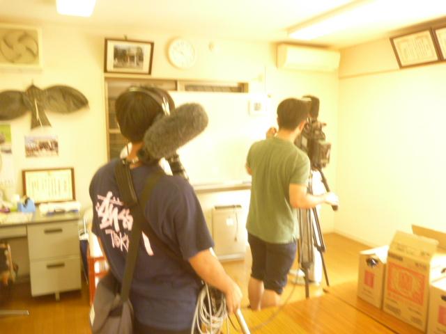 東京都大田区ライフサポートサービス「まごころ」エアコンクリーニング作業、テレビ撮影中の画像