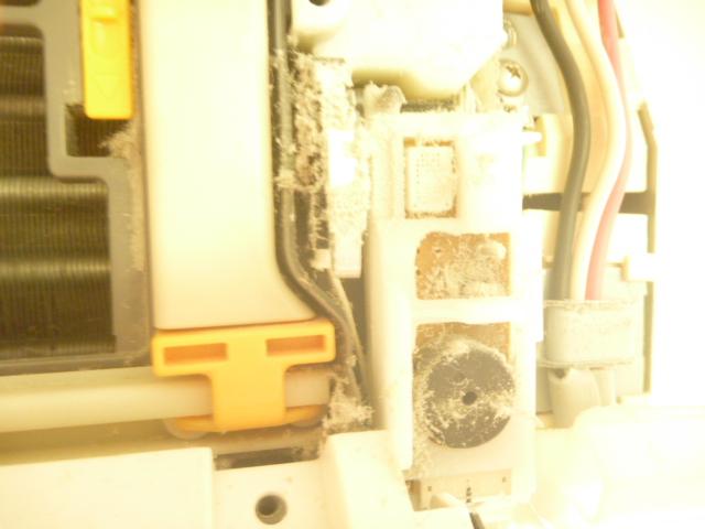 神奈川県川崎市川崎区港町、日立フィルター自動お掃除機能付きエアコンクリーニング電装部ホコリ