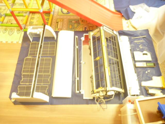 神奈川県川崎市川崎区港町、日立フィルター自動お掃除機能付きエアコンクリーニングパーツ類洗浄後