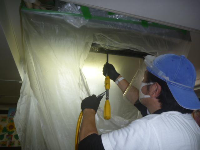 東京都大田区蒲田、デイサービスのエアコンクリーニング作業中