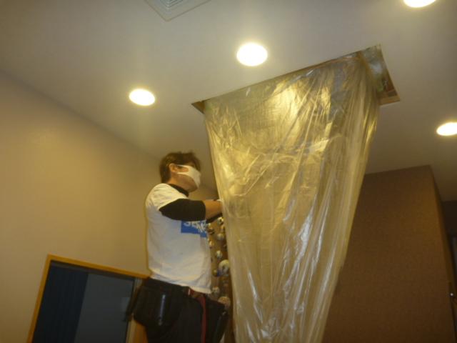 東京都大田区、天井吊り下げ形エアコンクリーニング作業中