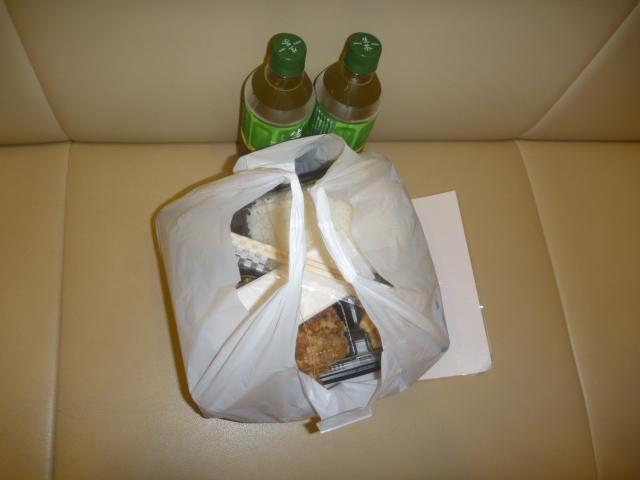 東京都大田区、天井カセット形エアコンクリーニングお客様から頂いたお弁当と飲み物