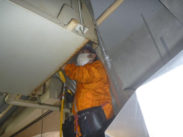 東京都大田区、業務用エアコンクリーニング作業中の画像