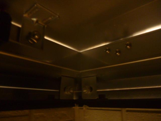 東京都大田区、定期清掃先マンション屋上2棟目ルーフハッチ(点検口)光漏れ具合点検・確認