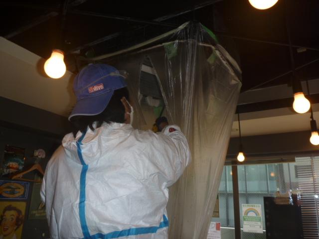 東京都大田区、飲食店舗業務用エアコンクリーニング作業中業者